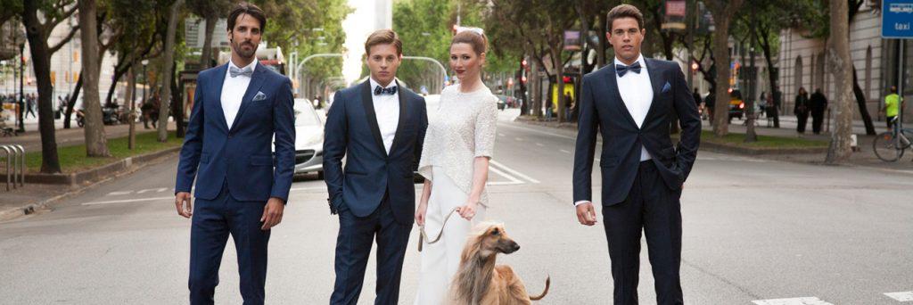 Boda urbana Barcelona novios con estilo perro y padrinos 01