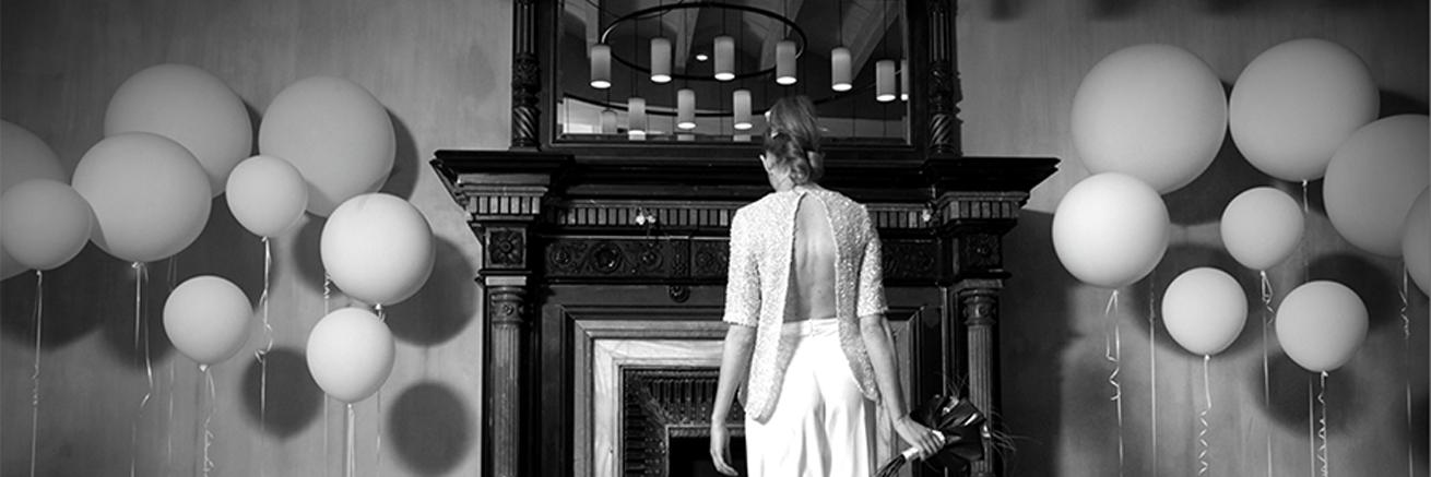 Boda urbana novia con pantalones escote espalda y globos 01